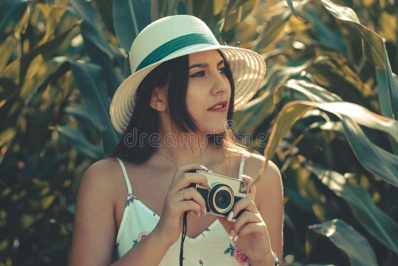 Portret van een jong meisje die foto's nemen royalty-vrije stock fotografie