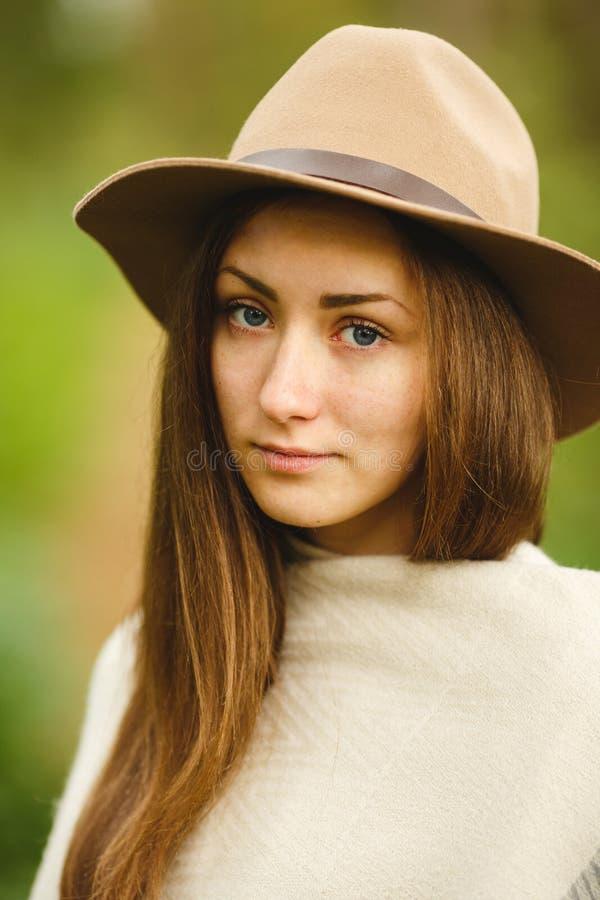 Portret van een jong meisje in een hoed stock fotografie