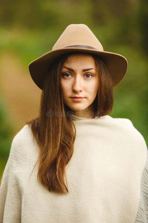 Portret van een jong meisje in een hoed royalty-vrije stock afbeelding