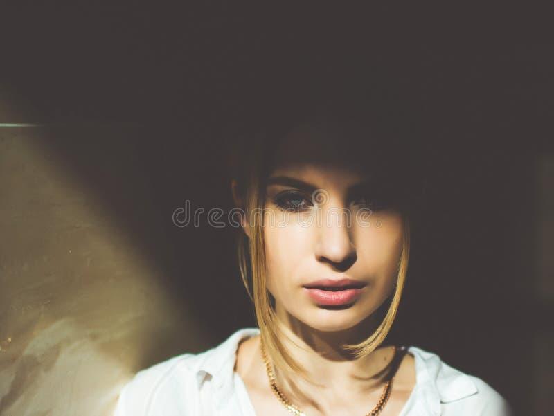 Portret van een jong meisje van Europese verschijning Foto met het spel van licht en schaduw stock foto's