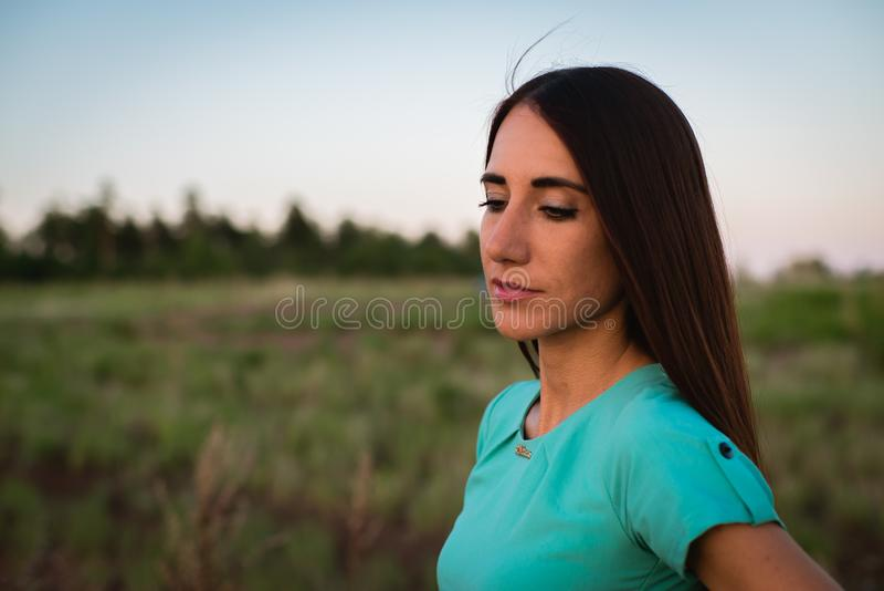 Portret van een jong meisje in Kleding royalty-vrije stock foto