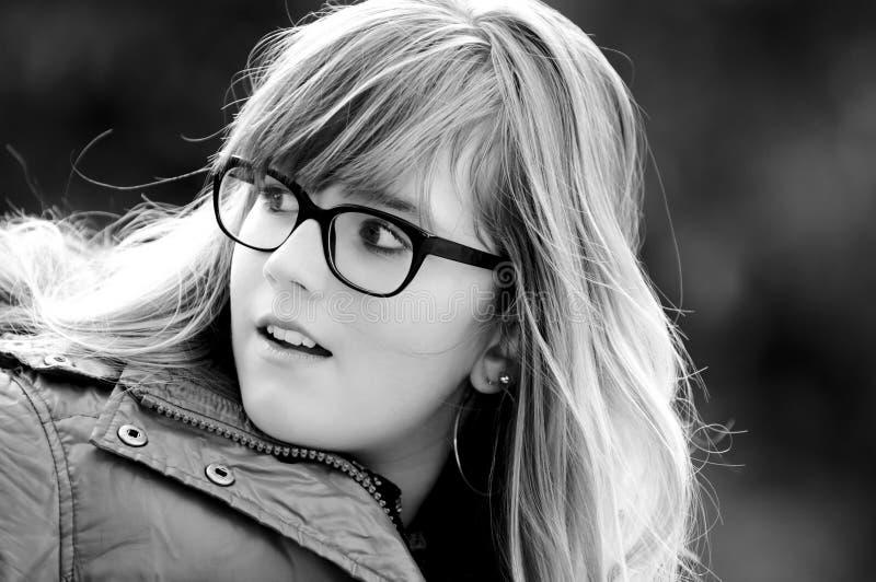 Portret van een jong meisje met glazen stock afbeeldingen
