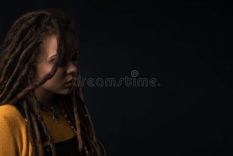 Portret van een jong meisje met ontzetting op zwarte achtergrond royalty-vrije stock afbeeldingen