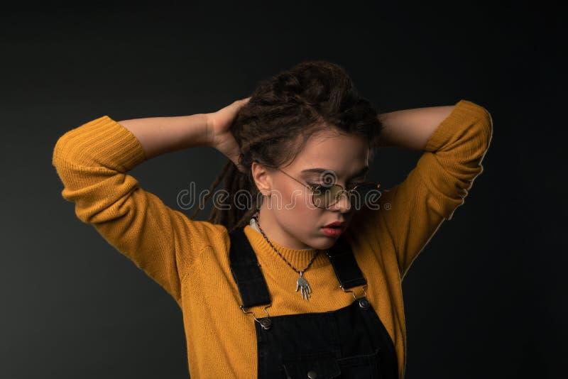 Portret van een jong meisje met ontzetting op zwarte achtergrond stock foto's