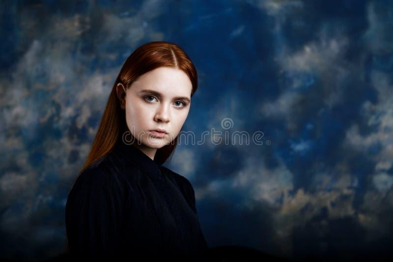 Portret van een jong meisje op donkere achtergrond stock foto's