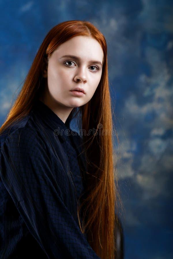 Portret van een jong meisje op donkere achtergrond royalty-vrije stock fotografie