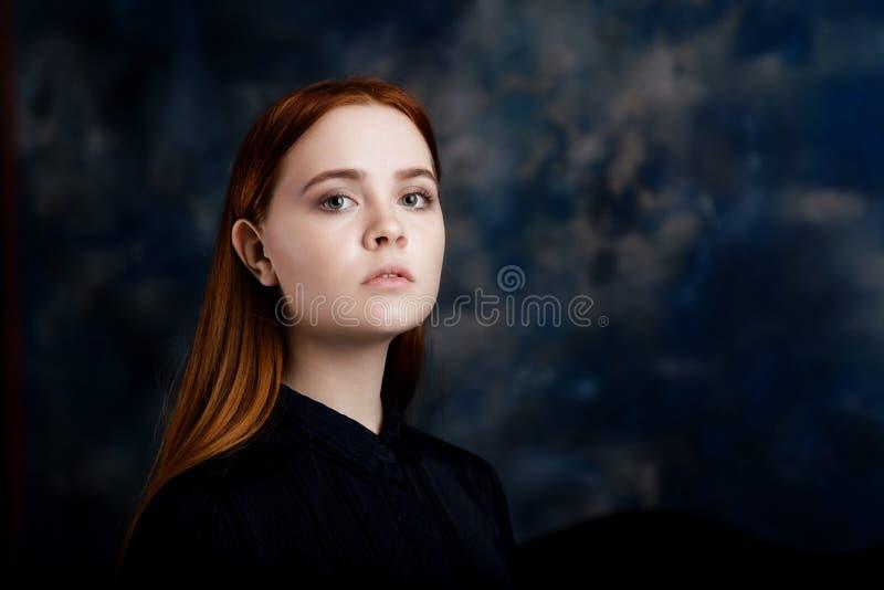 Portret van een jong meisje op donkere achtergrond royalty-vrije stock foto