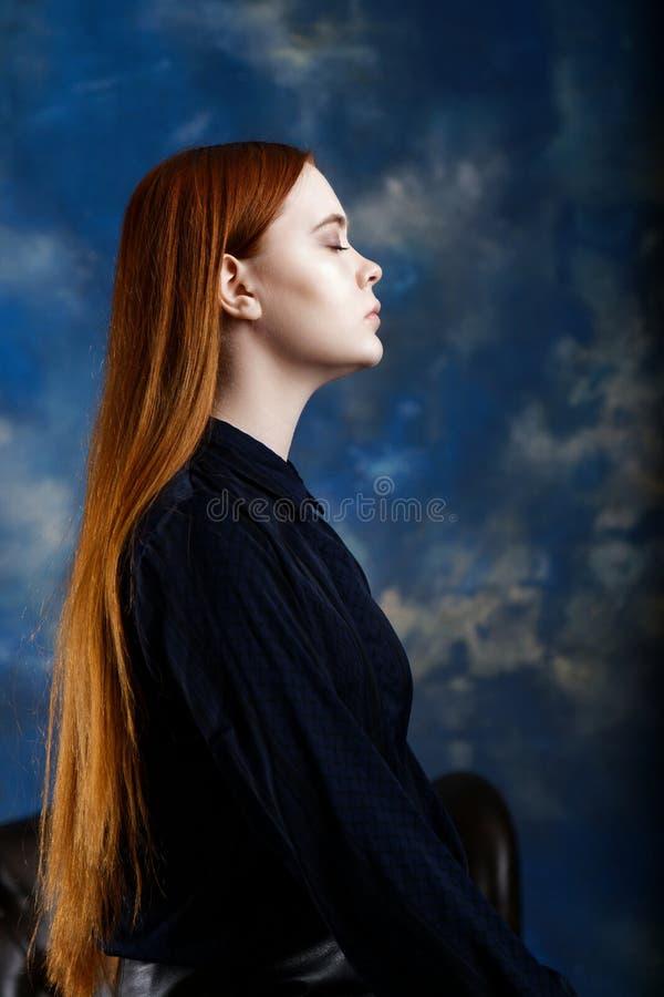 Portret van een jong meisje op donkere vage achtergrond stock foto's