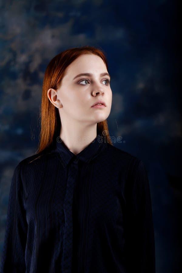 Portret van een jong meisje op donkere vage achtergrond royalty-vrije stock afbeeldingen