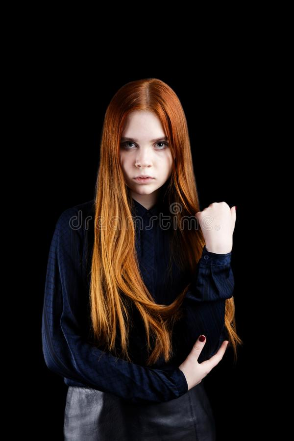 Portret van een jong meisje op zwarte achtergrond stock foto
