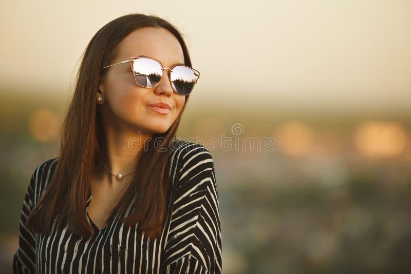 Portret van een jong meisje in zonnebril met weerspiegelende glazen royalty-vrije stock fotografie