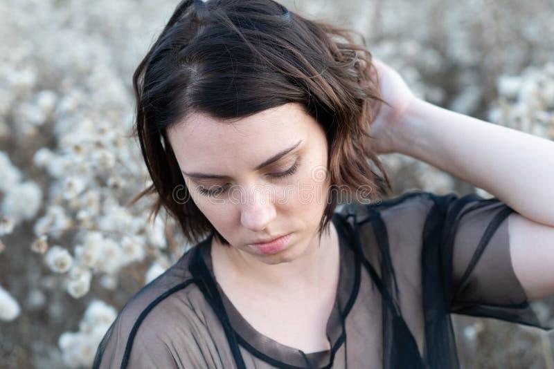 Portret van een jong mooi meisje in de herfst op een gebied stock foto's