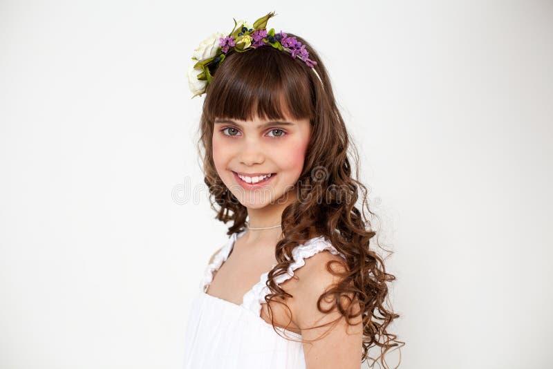Portret van een jong mooi meisje in een bloemkroon stock foto's