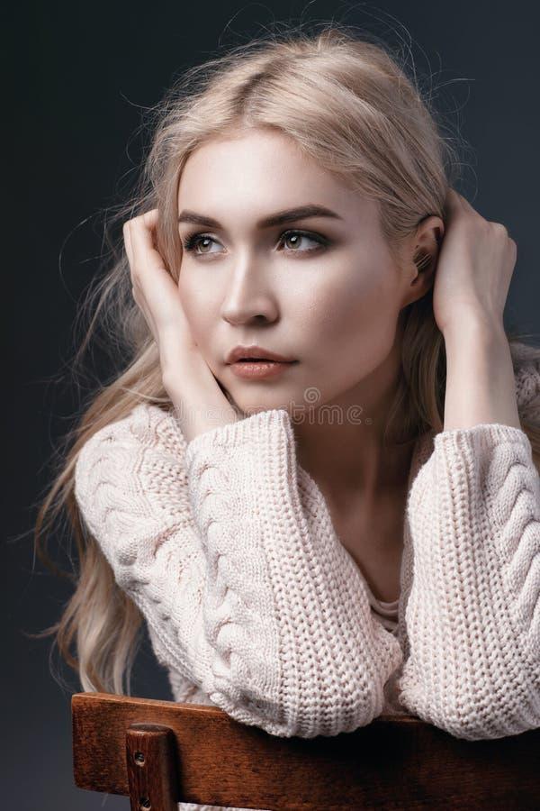Portret van een jong mooi meisje Het model kijkt met een romantische starende blik vanaf de camera stock foto's