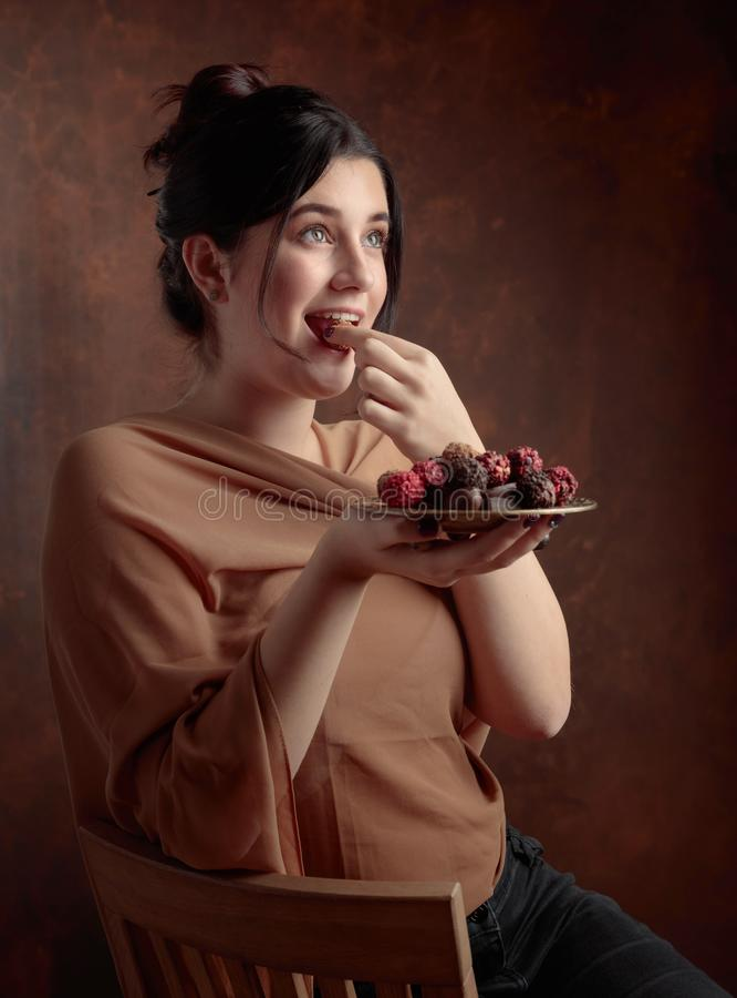 Portret van een jong mooi meisje met chocolade royalty-vrije stock afbeelding