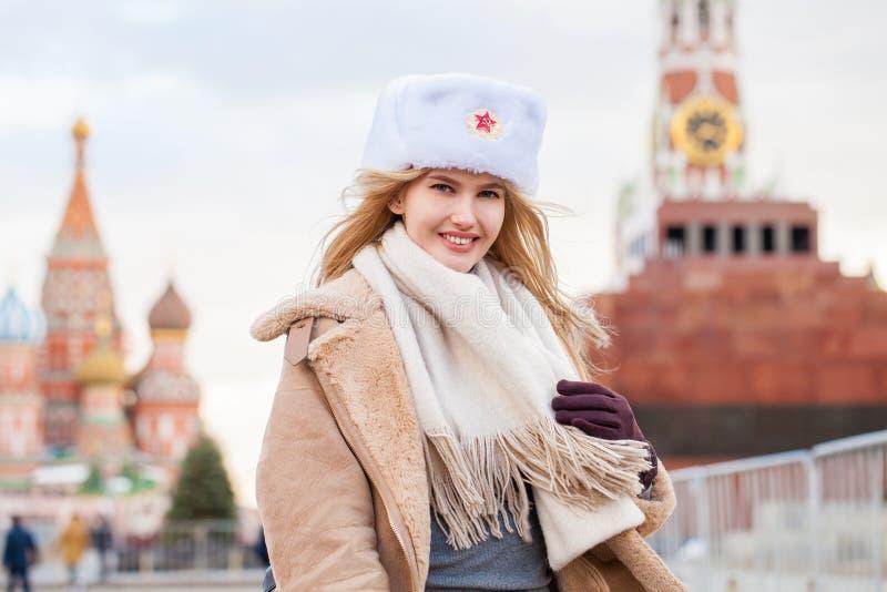 Portret van een jong mooi meisje in een witte hoed stock fotografie