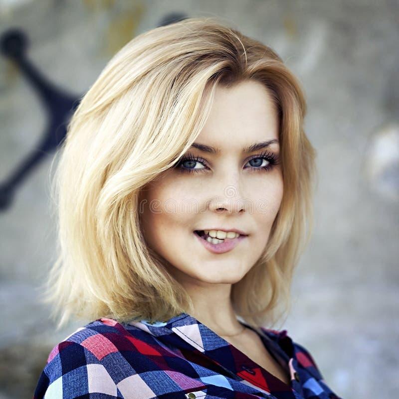 Portret van een jong mooi sensueel blondemeisje stock fotografie