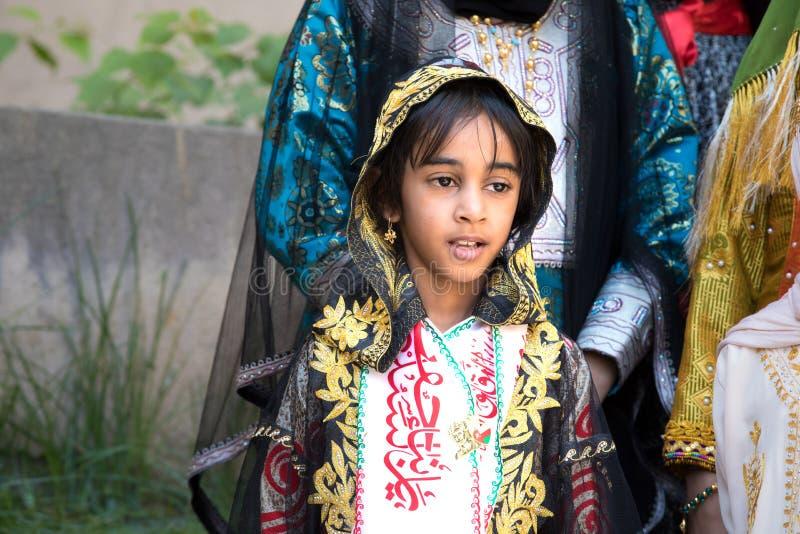 Portret van een jong Omani meisje in de traditionele uitrusting stock afbeelding