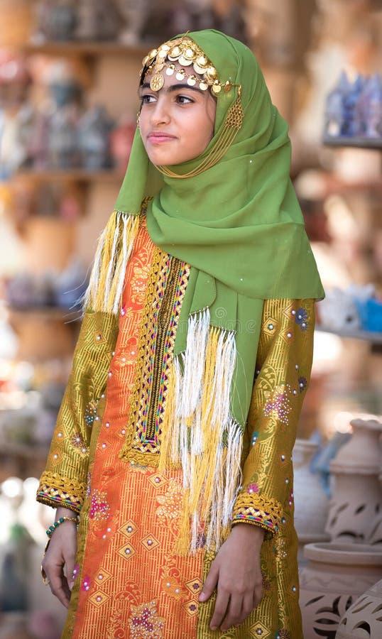 Portret van een jong Omani meisje in de traditionele uitrusting royalty-vrije stock foto's