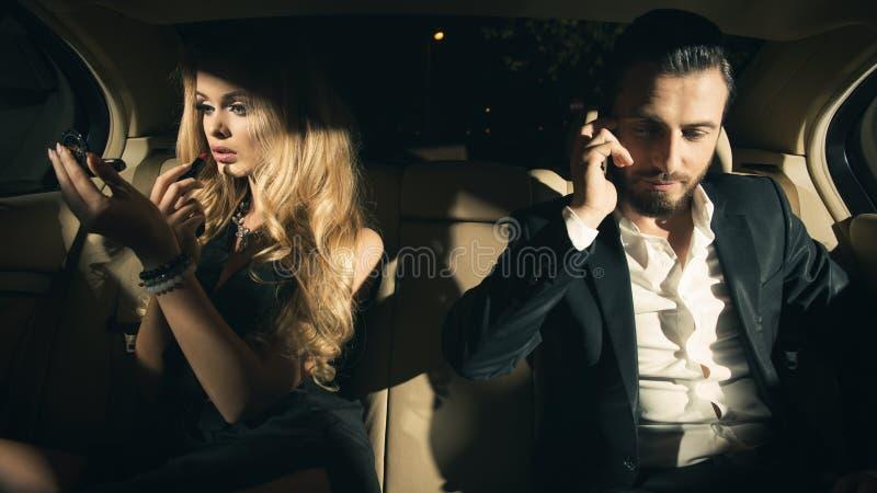 Portret van een jong paar in auto royalty-vrije stock afbeelding