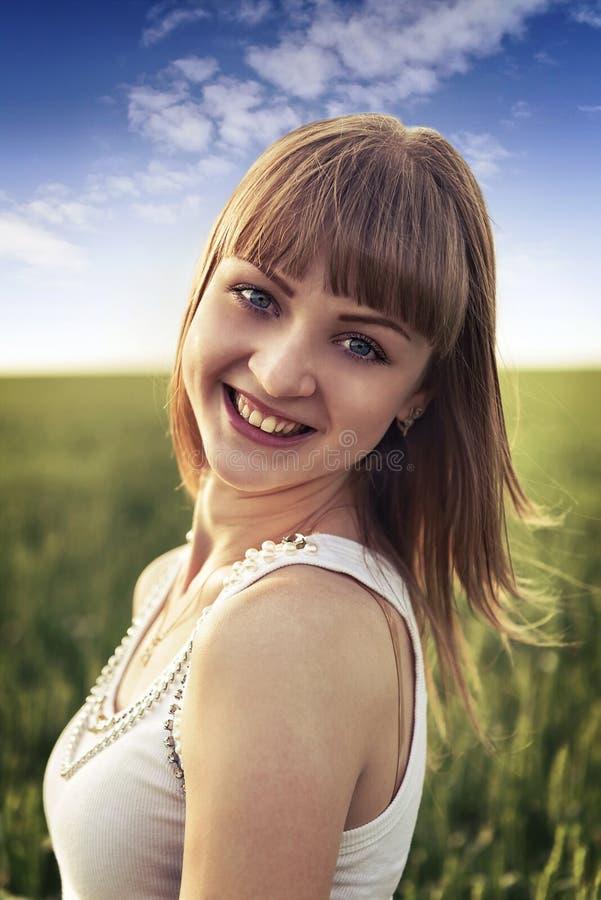 Portret van een jong sensueel blonde in openlucht royalty-vrije stock afbeelding