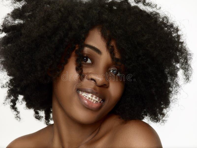 Portret van een jong zwarte die met steunen glimlachen stock afbeeldingen