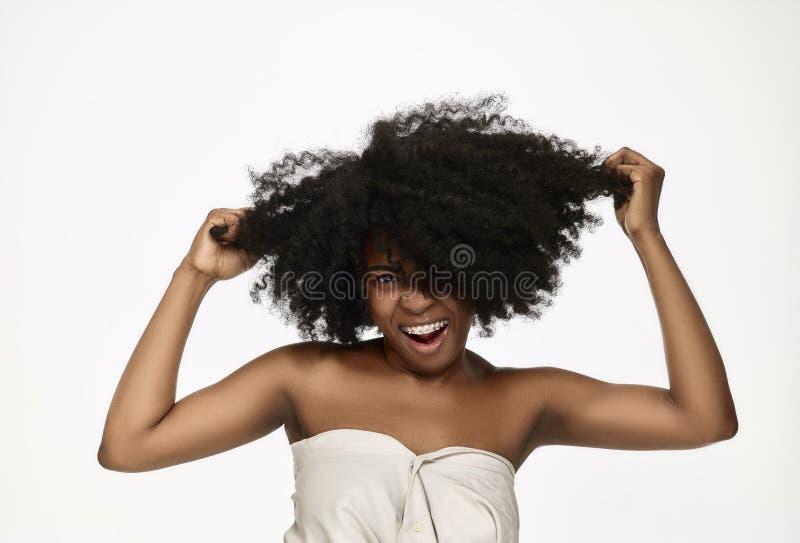 Portret van een jong zwarte die met steunen glimlachen royalty-vrije stock afbeelding