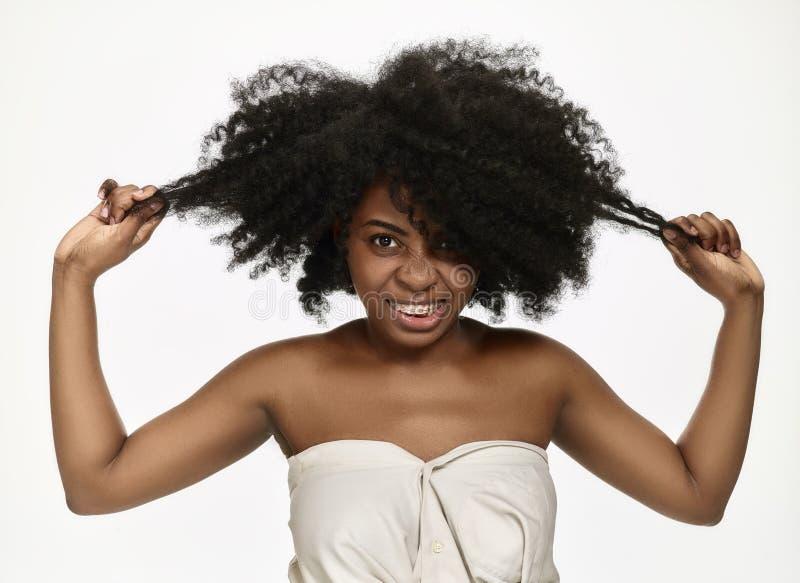 Portret van een jong zwarte die met steunen glimlachen stock fotografie