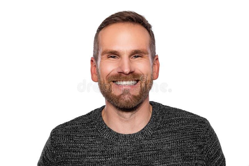 Portret van een jonge aantrekkelijke mens met een baard op witte achtergrond stock afbeeldingen