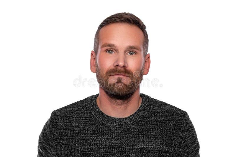 Portret van een jonge aantrekkelijke mens met een baard op witte achtergrond stock foto's