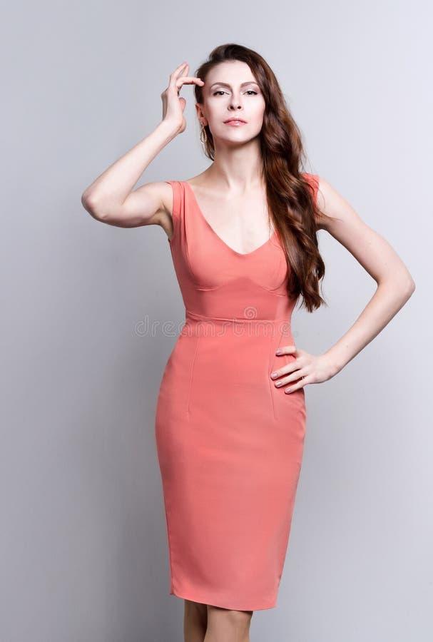 Portret van een jonge aantrekkelijke vrouw met mooi lang bruin haar stock foto