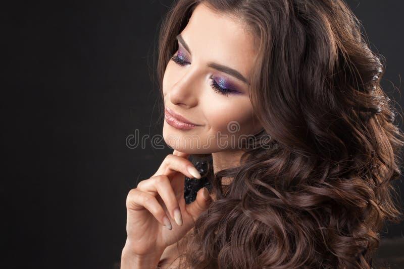 Portret van een jonge aantrekkelijke vrouw met schitterend krullend haar Aantrekkelijke brunette royalty-vrije stock fotografie