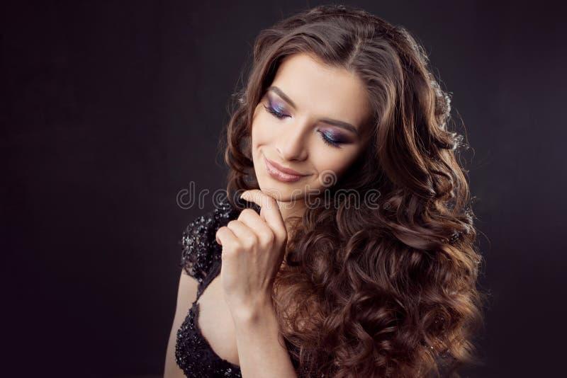 Portret van een jonge aantrekkelijke vrouw met schitterend krullend haar Aantrekkelijke brunette stock fotografie