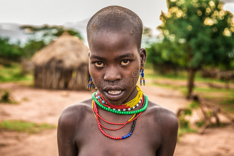 Portret van een jonge Afrikaanse vrouw in haar dorp royalty-vrije stock fotografie