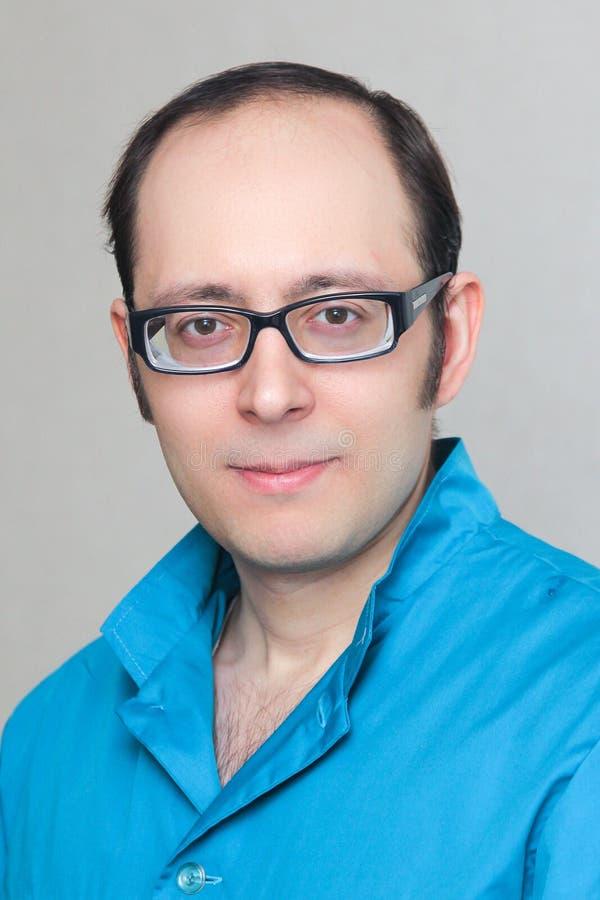 Portret van een jonge arts in glazen stock foto