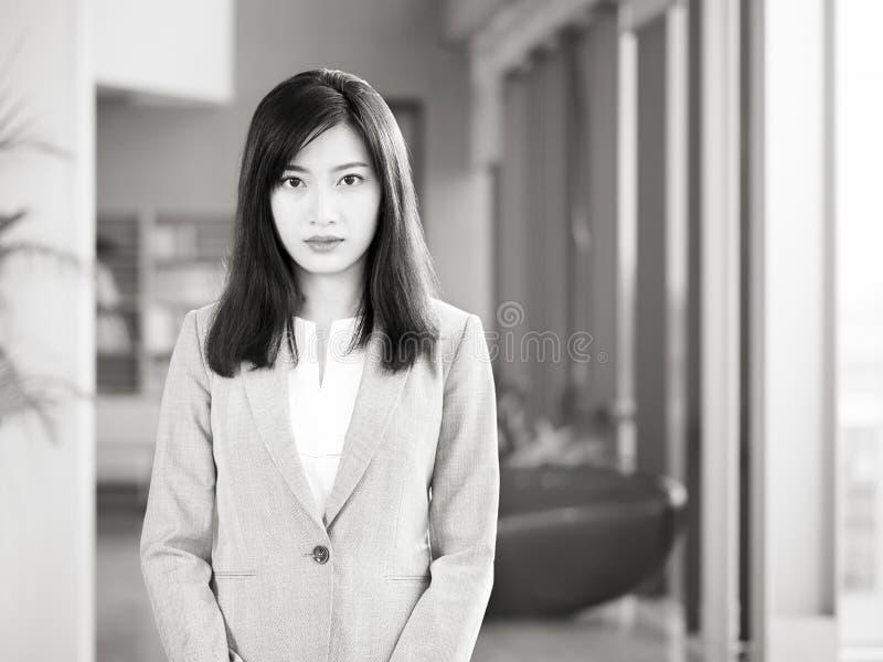 Portret van een jonge Aziatische bedrijfsvrouw stock afbeeldingen
