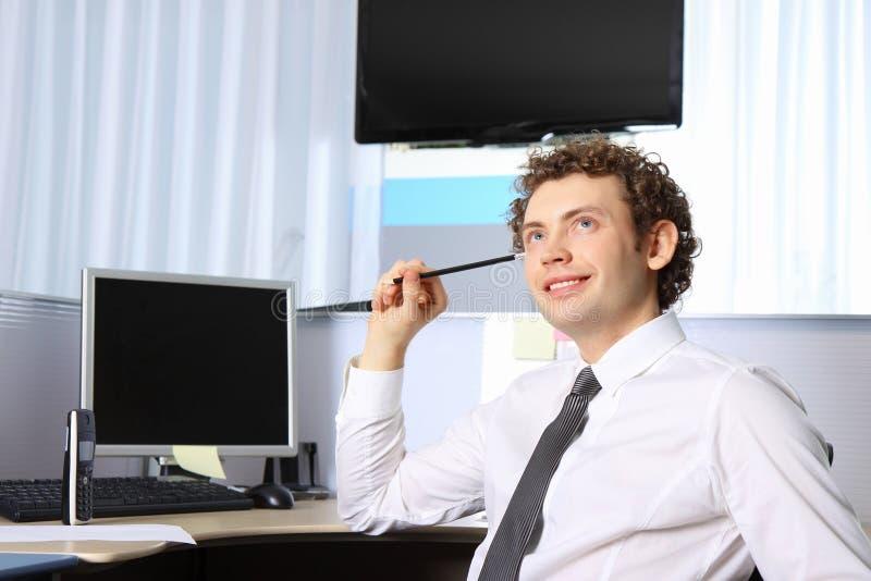 Portret van een jonge bedrijfsmens die op kantoor werkt royalty-vrije stock foto's