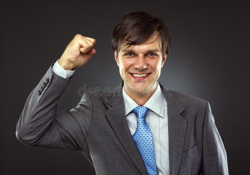 Portret van een jonge bedrijfsmens die van succes geniet stock afbeelding