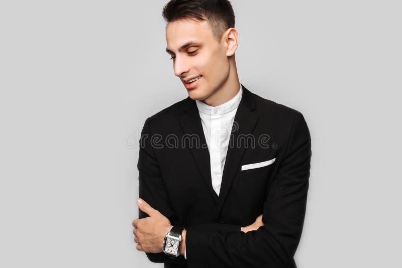 Portret van een jonge bedrijfsmens, mannetje, in een klassiek zwart kostuum, stock fotografie