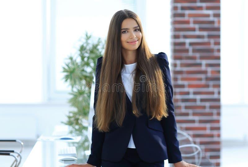 Portret van een jonge bedrijfsvrouw royalty-vrije stock afbeelding