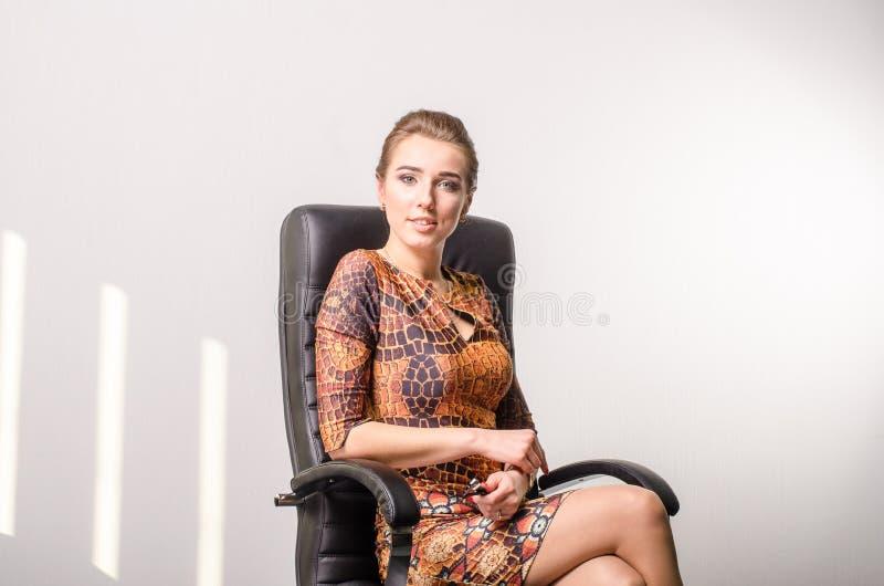 Portret van een jonge bedrijfsvrouw die laptop met behulp van op kantoor royalty-vrije stock afbeelding