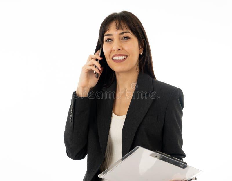 Portret van een jonge bedrijfsvrouw die op telefoon spreken stock foto's
