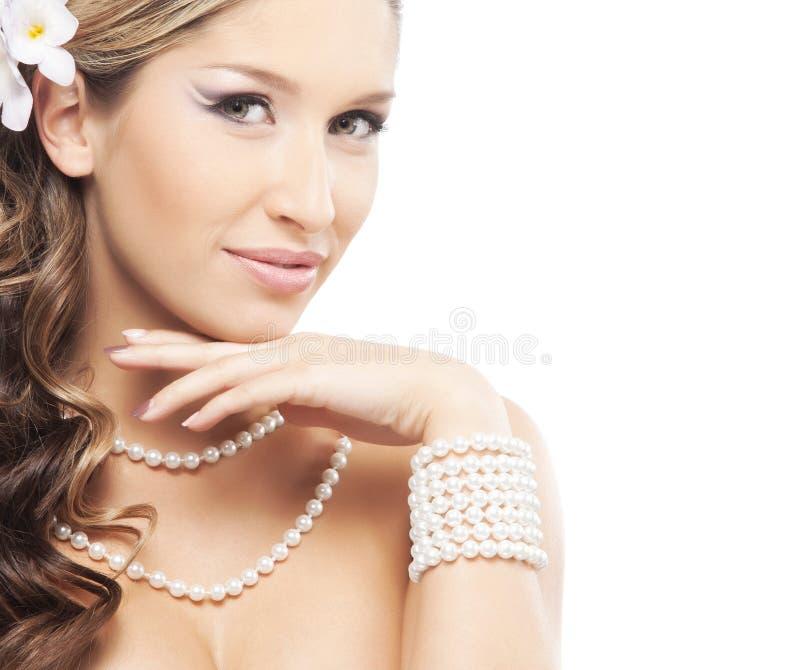 Portret van een jonge blonde vrouw in mooie juwelen royalty-vrije stock fotografie