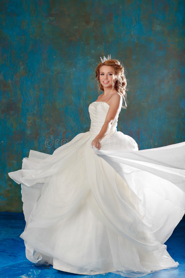 Portret van een jonge blondevrouw met elegant dik haar, gevlechte I royalty-vrije stock afbeelding