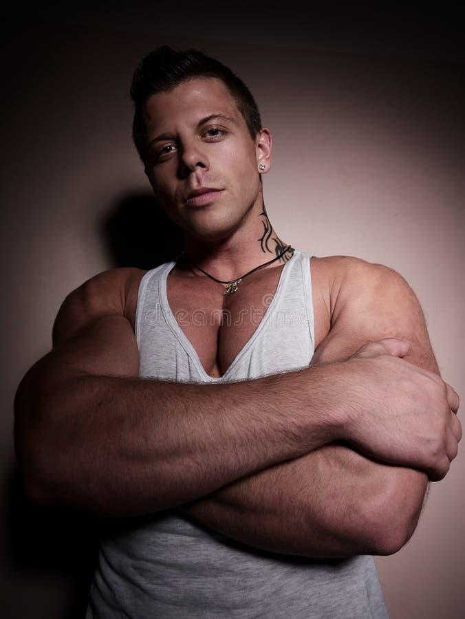 Portret van een jonge bodybuilder stock afbeeldingen