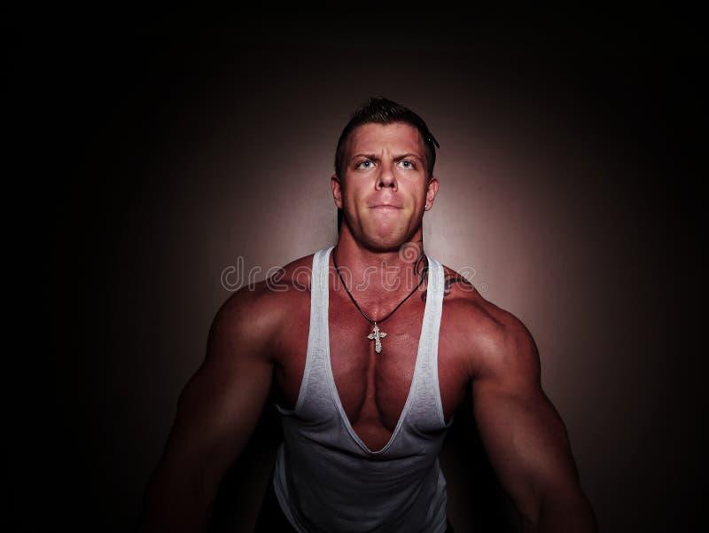 Portret van een jonge bodybuilder royalty-vrije stock afbeeldingen
