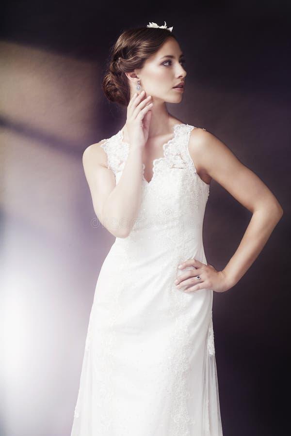 Portret van een jonge bruid stock afbeeldingen