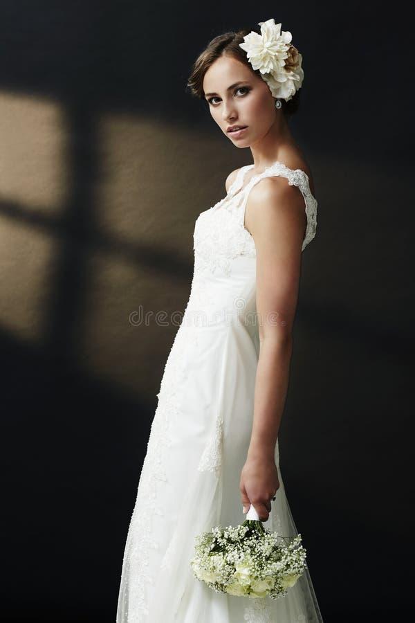 Portret van een jonge bruid stock foto's