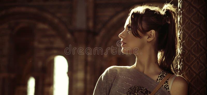 Portret van een jonge brunette stock afbeelding