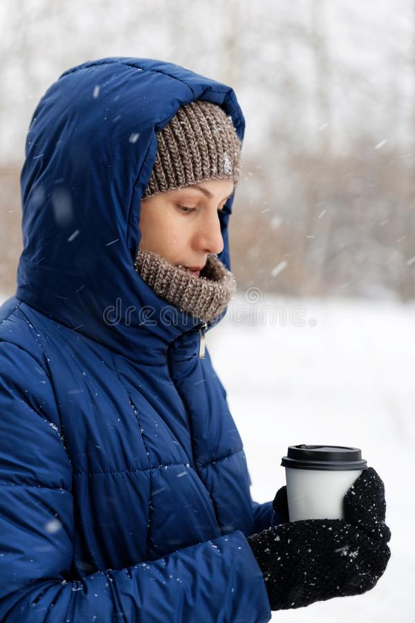 Portret van een jonge die vrouw door vliegende sneeuwvlokken wordt omringd stock afbeelding